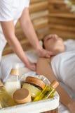 Prodotti della stazione termale di bellezza nella stanza di massaggio Fotografie Stock Libere da Diritti