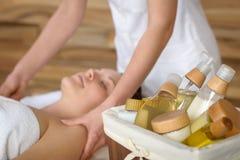 Prodotti della stazione termale di bellezza nella stanza di massaggio Fotografie Stock