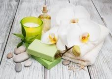 Prodotti della stazione termale ed orchidee bianche Immagini Stock