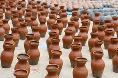 Prodotti delle terraglie ad un mercato Fotografia Stock