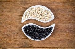 prodotti di agricoltura, job& x27; strappi di s e fagioli neri Fotografia Stock Libera da Diritti