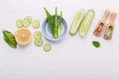 Prodotti di cura di pelle di erbe naturali Cetriolo degli ingredienti di vista superiore Immagine Stock