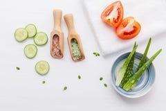 Prodotti di cura di pelle di erbe naturali Cetriolo degli ingredienti di vista superiore Immagini Stock