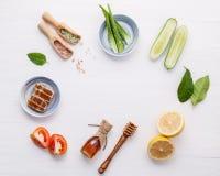 Prodotti di cura di pelle di erbe naturali Cetriolo degli ingredienti di vista superiore Fotografia Stock Libera da Diritti