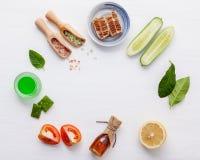 Prodotti di cura di pelle di erbe naturali Cetriolo degli ingredienti di vista superiore Immagine Stock Libera da Diritti