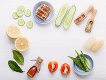 Prodotti di cura di pelle di erbe naturali Cetriolo degli ingredienti di vista superiore Fotografia Stock