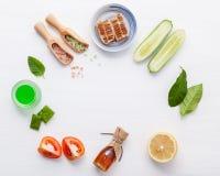 Prodotti di cura di pelle di erbe naturali Cetriolo degli ingredienti di vista superiore Immagini Stock Libere da Diritti