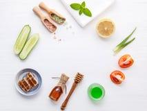 Prodotti di cura di pelle di erbe naturali Cetriolo degli ingredienti di vista superiore Fotografie Stock Libere da Diritti