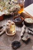 Prodotti di cura di pelle di erbe naturali, ingredienti di vista superiore Olio cosmetico, argilla, sale marino, erbe, foglie del fotografie stock libere da diritti