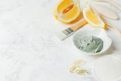 Prodotti di cura di pelle di erbe naturali, maschera vulcanica dell'argilla degli ingredienti di vista superiore, limone su cura  fotografia stock