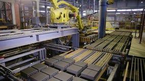 Prodotti di montaggio automatizzati della macchina su una linea di produzione moderna stock footage