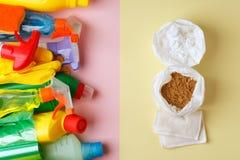 Prodotti di pulizia naturali ecologici contro i prodotti chimici domestici, concetto residuo zero, fondo minimo d'avanguardia fotografie stock