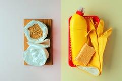 Prodotti di pulizia naturali ecologici contro i prodotti chimici domestici, concetto residuo zero, fondo minimo d'avanguardia fotografia stock