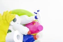 Prodotti di riparazione e di pulizia, prodotti chimici di famiglia, guanti di gomma, bacino verde per la pulizia l'appartamento e immagine stock