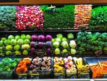 Prodotti di verdure dell'azienda agricola sugli scaffali della drogheria del deposito fotografia stock