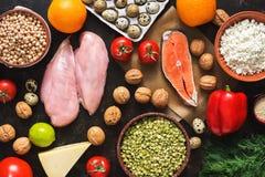 Prodotti dietetici equilibrati Il concetto di cibo sano Fondo di un pasto sano Frutti, verdure, salmone, raccordo del pollo Immagine Stock