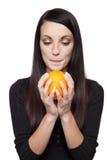 Prodotti - donna della frutta con l'arancio Fotografia Stock Libera da Diritti