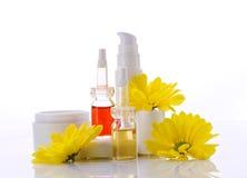 Prodotti e fiore naturali dei cosmetici Fotografie Stock Libere da Diritti