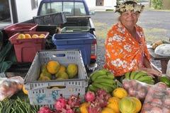 Prodotti freschi del cuoco di Islander di vendita felice della donna al segno di Punanga Nui immagini stock