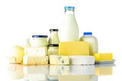 Prodotti lattier-caseario con formaggio e latte su fondo bianco Immagini Stock Libere da Diritti