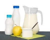 Prodotti lattier-caseario e mela Fotografie Stock