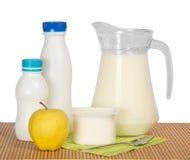 Prodotti lattier-caseario, mela e tovagliolo Fotografia Stock Libera da Diritti