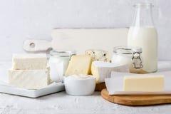 Prodotti lattier-caseario organici freschi Formaggio, burro, panna acida, yogurt e latte fotografia stock libera da diritti