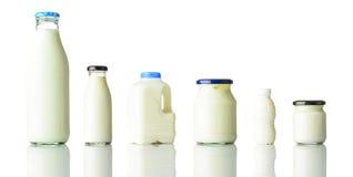 Prodotti lattiero-caseari della latteria isolati su fondo bianco Fotografia Stock Libera da Diritti