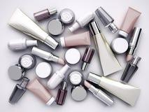 Prodotti, lipstik e profumo cosmetici su fondo grigio Immagini Stock Libere da Diritti