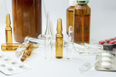 Prodotti medicinali su fondo bianco Immagine Stock