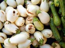 Prodotti organici freschi dell'azienda agricola, melanzane bianche e zucchini Fotografie Stock