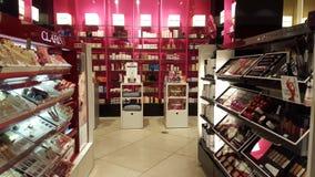 Prodotti per bellezza, cura del corpo e trucco profumi Scaffali del negozio Fotografia Stock
