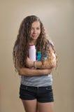 Prodotti per i capelli della tenuta dell'adolescente immagini stock