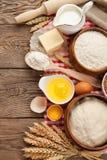 Prodotti per la cottura, natura morta con farina, latte, uovo e grano Immagine Stock