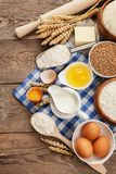 Prodotti per la cottura, natura morta con farina, latte, uovo e grano Fotografia Stock Libera da Diritti