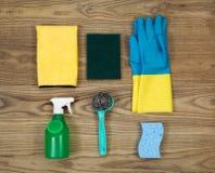Prodotti per la pulizia della Camera sul legno di età Immagine Stock