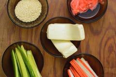 Prodotti saporiti luminosi in piatti sulla tavola come ingredienti per la preparazione della fucilazione dei sushi dal punto di v fotografie stock libere da diritti