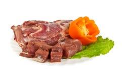 Prodotti semilavorati fatti della carne del cinghiale sul piatto, isolato Immagine Stock