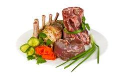 Prodotti semilavorati fatti della carne del cinghiale sul piatto, isolato Fotografie Stock