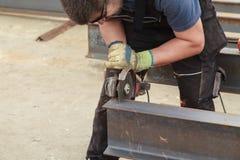 Prodotti siderurgici della flessione dei tagli dell'uomo Fotografia Stock Libera da Diritti