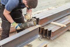 Prodotti siderurgici della flessione dei tagli dell'uomo Fotografia Stock