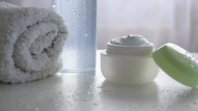 Prodotto di cura di pelle organico su fondo bianco bagnato puro r archivi video