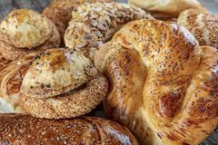 Prodotto di pasticceria turco, pogaca saporito Pasticcerie turche; pogaca, borek, acma, coregi ay alla vetrina della pasticceria fotografia stock