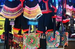 Prodotto un indigeno della tribù di Akha da vendere il viaggiatore immagini stock libere da diritti