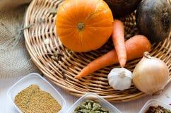 Prodotto-verdure fresche di vegetables Carote, barbabietole, zucca, cipolla, spezia sul vassoio di vimini fotografia stock libera da diritti