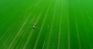 Produção alimentar de GMO agricultura Campo da fertilização do fazendeiro com inseticidas filme