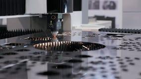 Produção automatizada com processo do cnc e máquina do laser para o metal cortado filme
