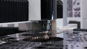 Produção automatizada com processo do cnc e máquina do laser para o metal cortado video estoque