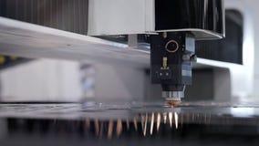 Produção automatizada com processo do cnc e máquina do laser para o metal cortado vídeos de arquivo