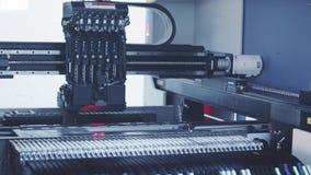 Produção automatizada da placa de circuito eletrônico Tonificação azul vídeos de arquivo
